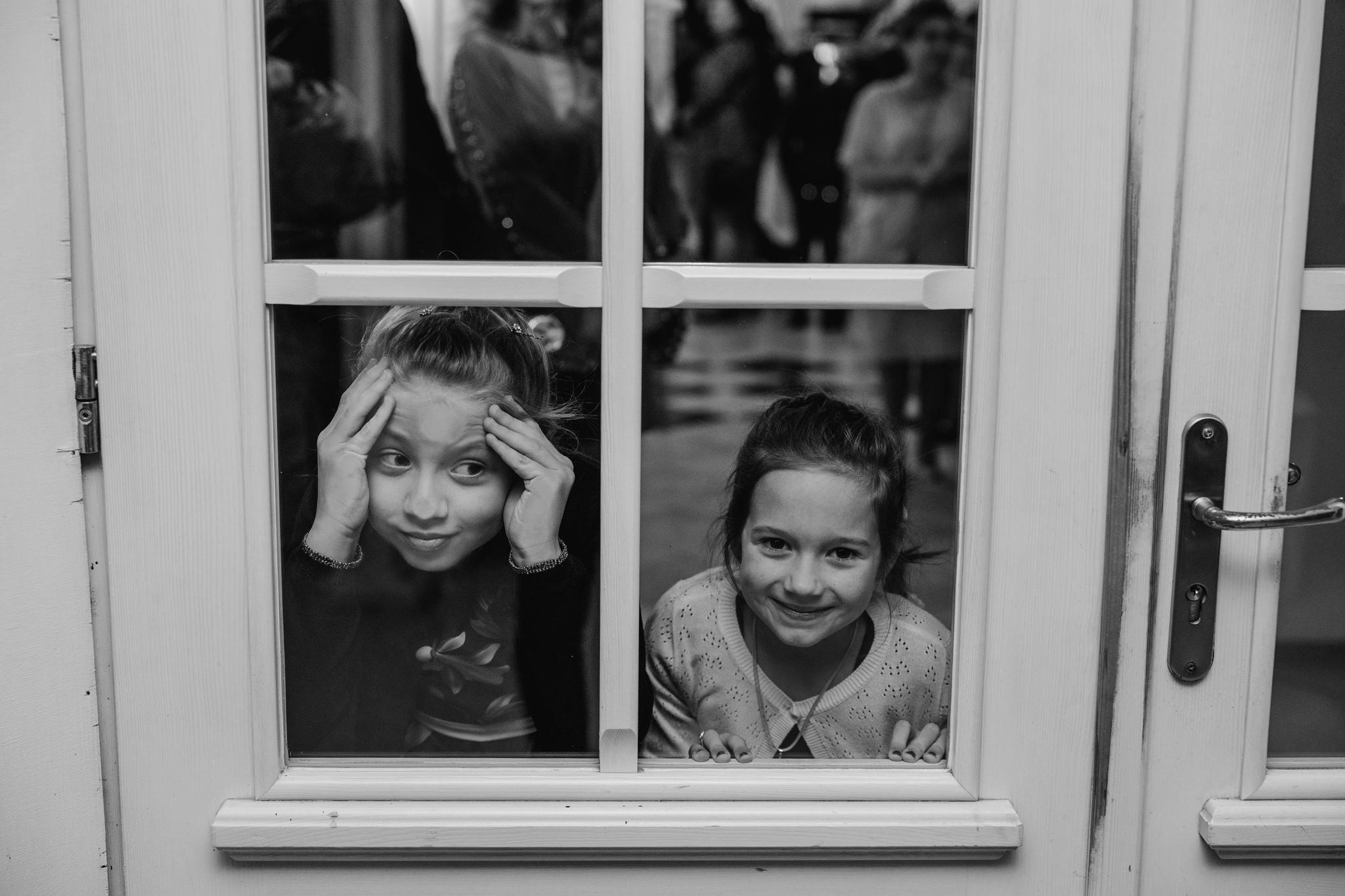 dzieci oczekujące na przyjazd pary młodej