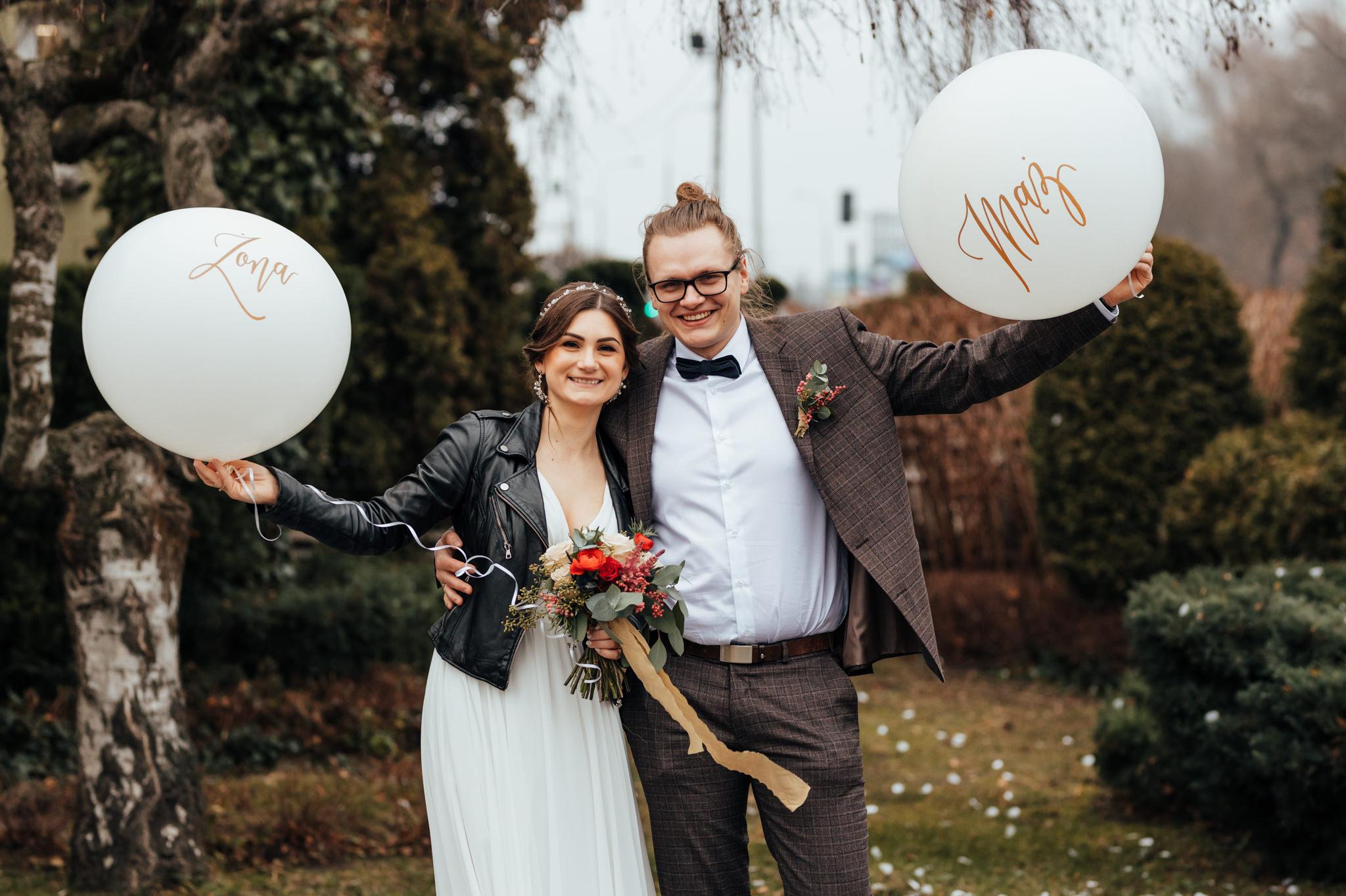 para młoda tuż po ślubie trzymająca balony