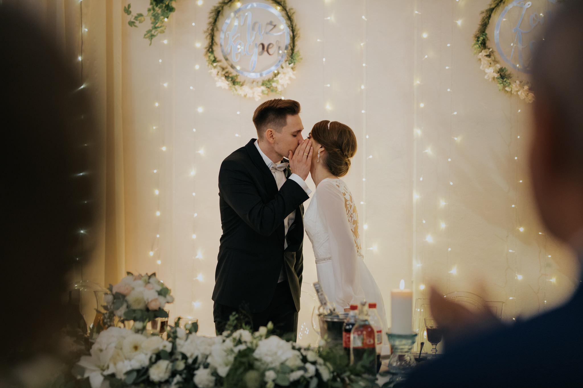 pocałunek młodej pary na weselu miętowe wzgórza