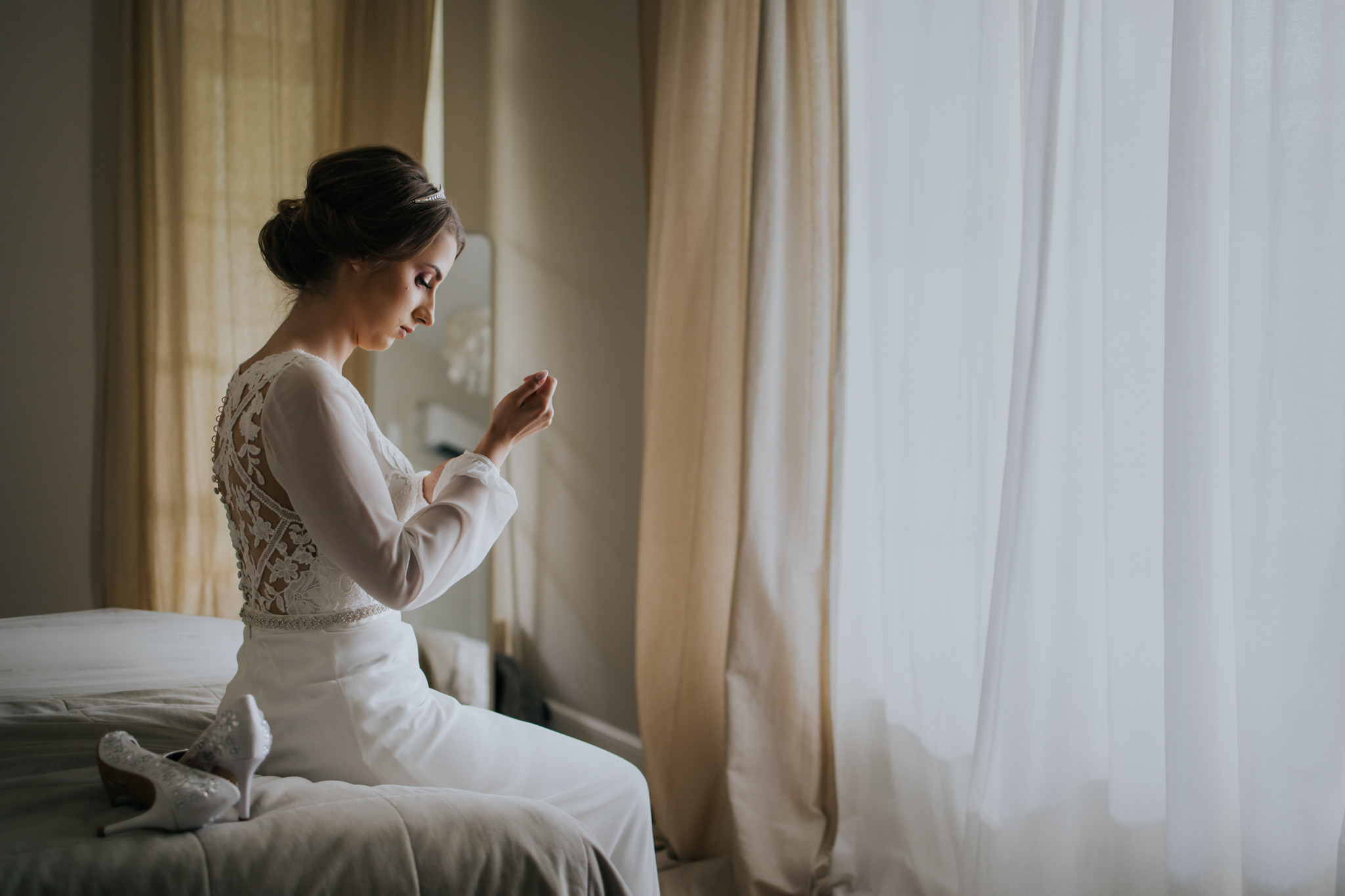 panna młoda zacinająca sukienkę