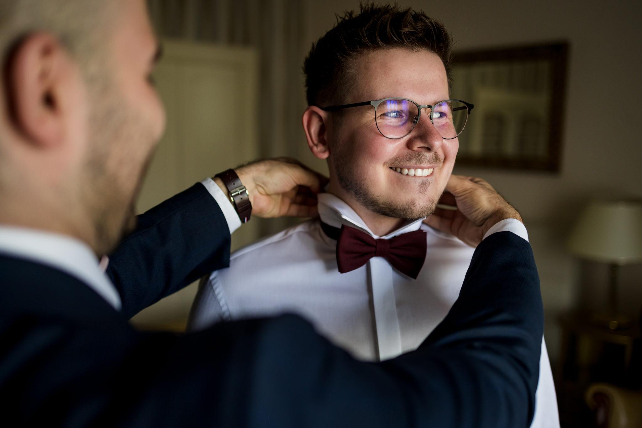 uśmiechnięty pan młody przed ślubem