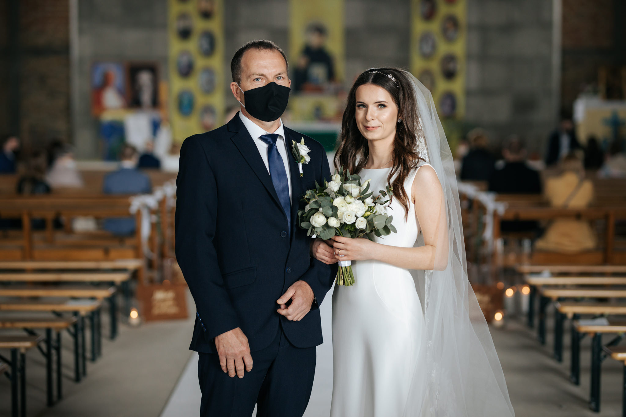 portret pani młodej z tatą w maseczce podczas ślubu w pandemii Fotograf ślubny Warszawa
