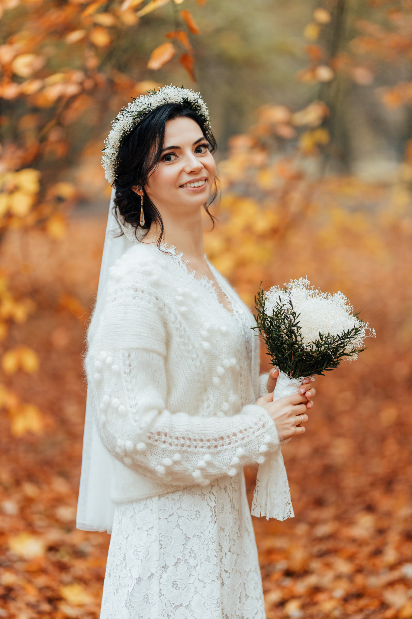panna młoda podczas jesiennej sesji z fotografem ślubnym