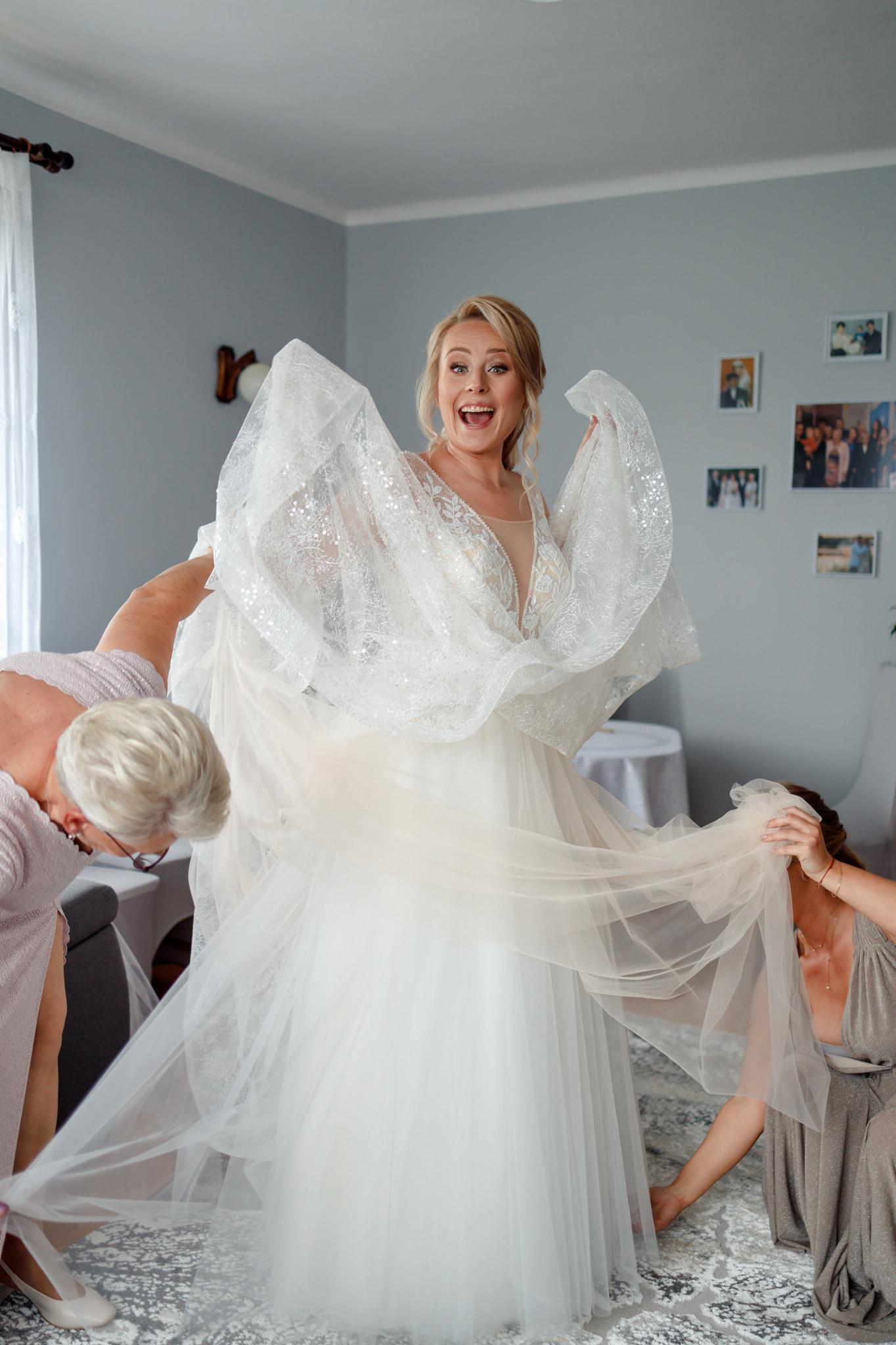 druhny poprawiają suknię ślubną