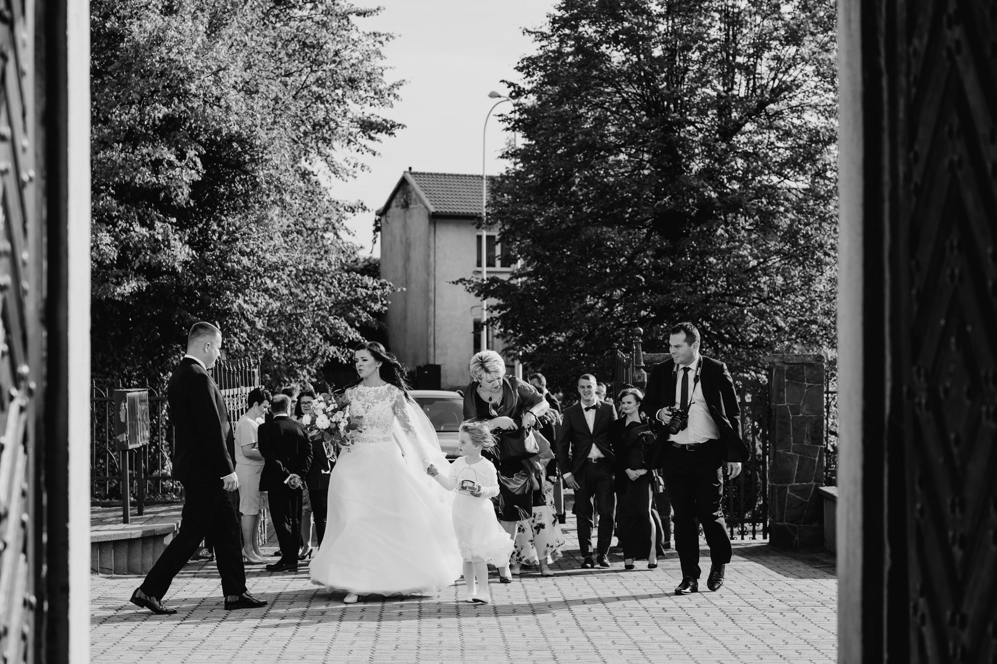 wbiegająca panna młoda do kościoła