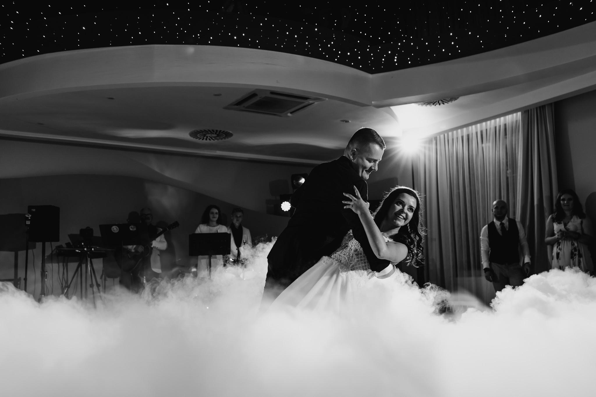 pierwszy taniec sfotografowany przez fotografa ślubnego z Warszawy