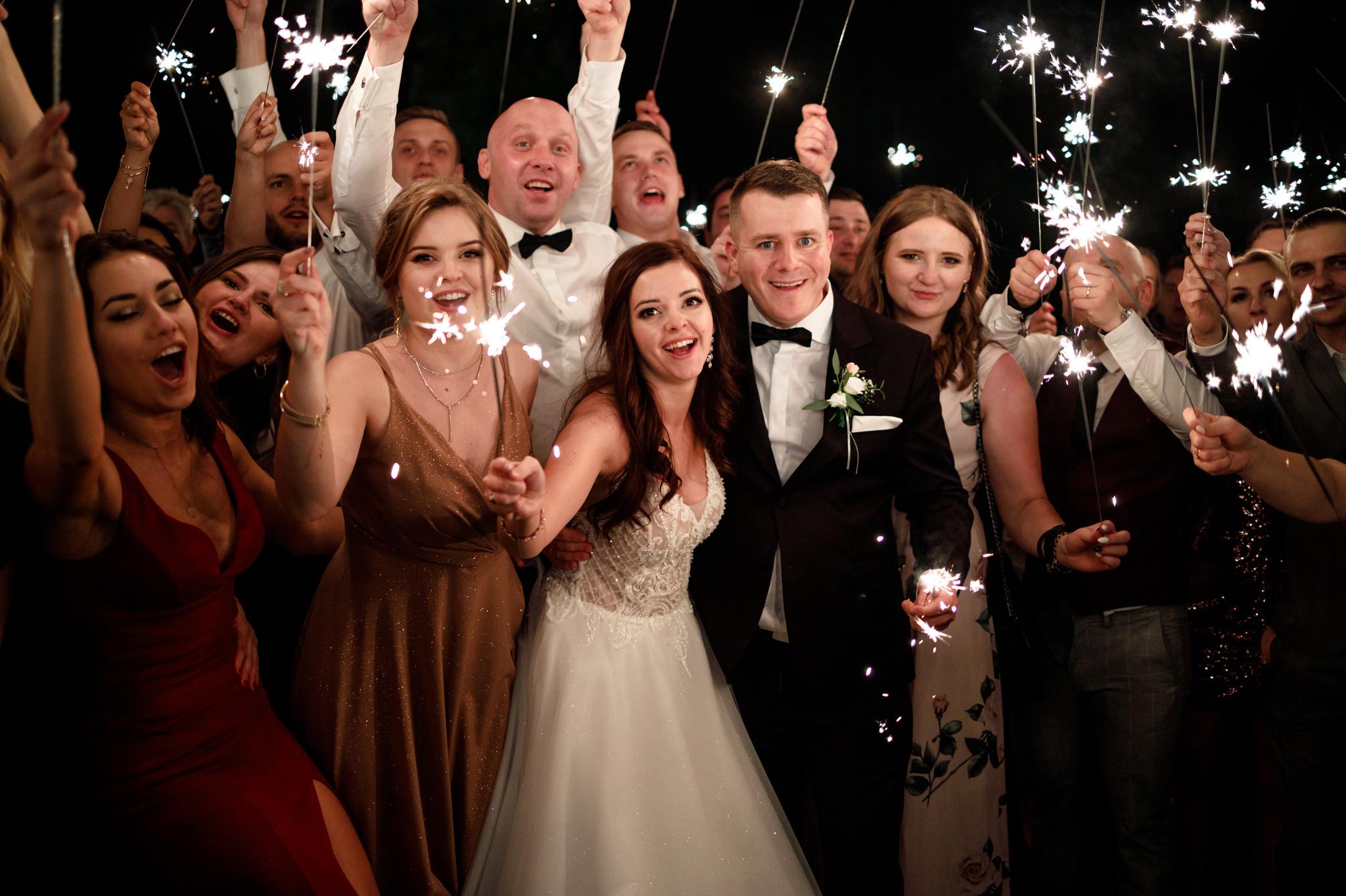 zdjęcie ślubne z zimnymi ogniami