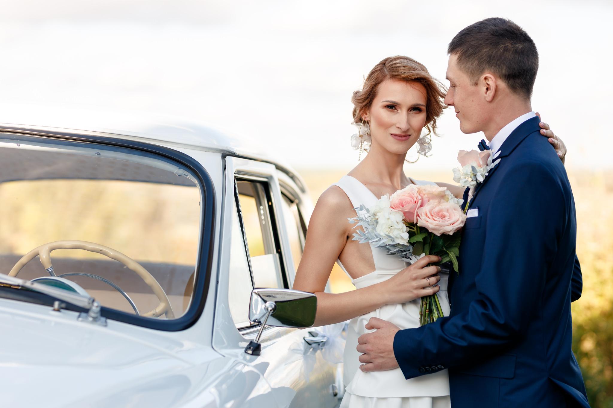sesja plenerowa wykonana przy samochodzie przez fotografa ślubnego z Warszawy