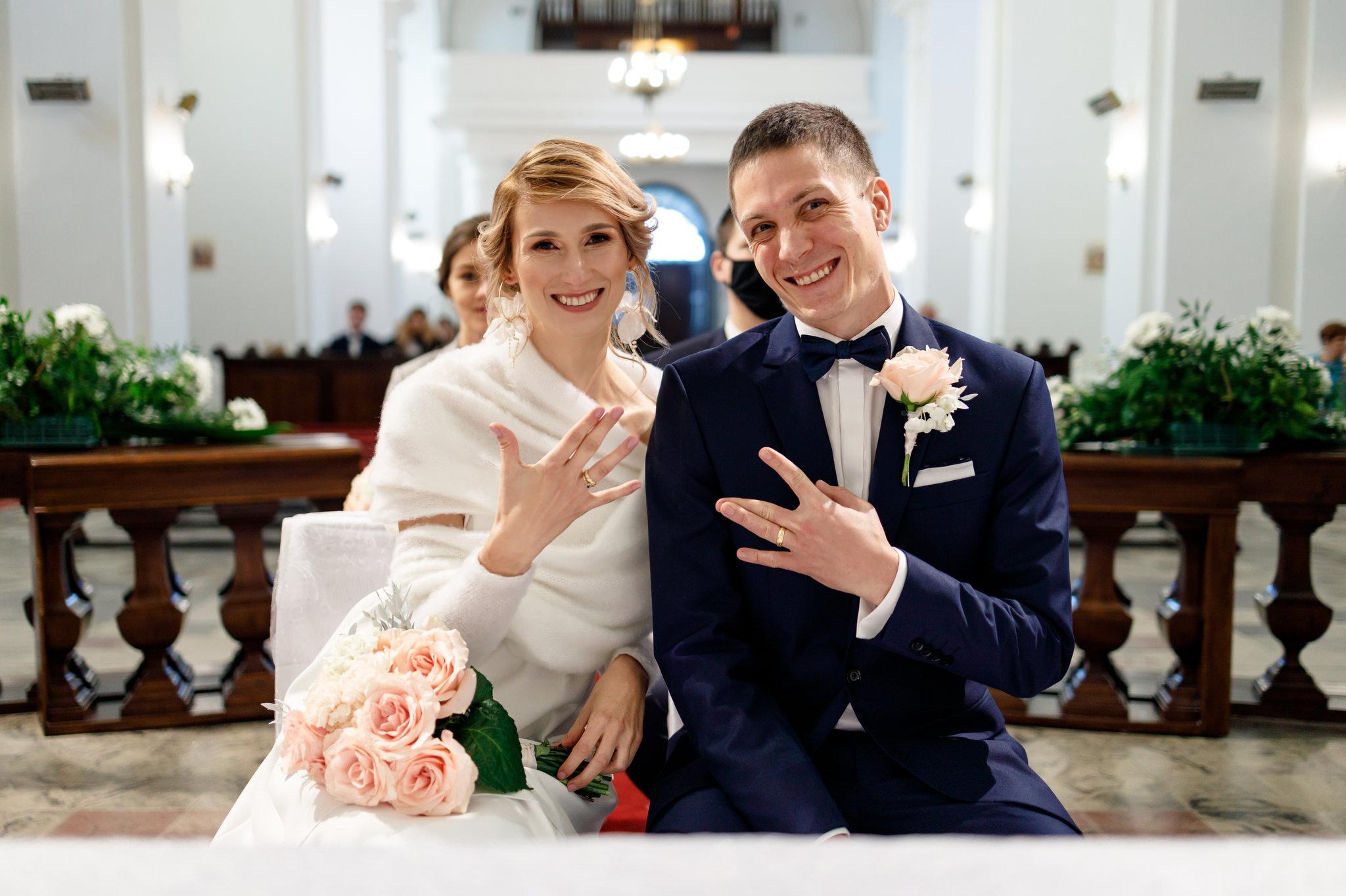 uśmiechnięta para młoda pokazująca obrączki