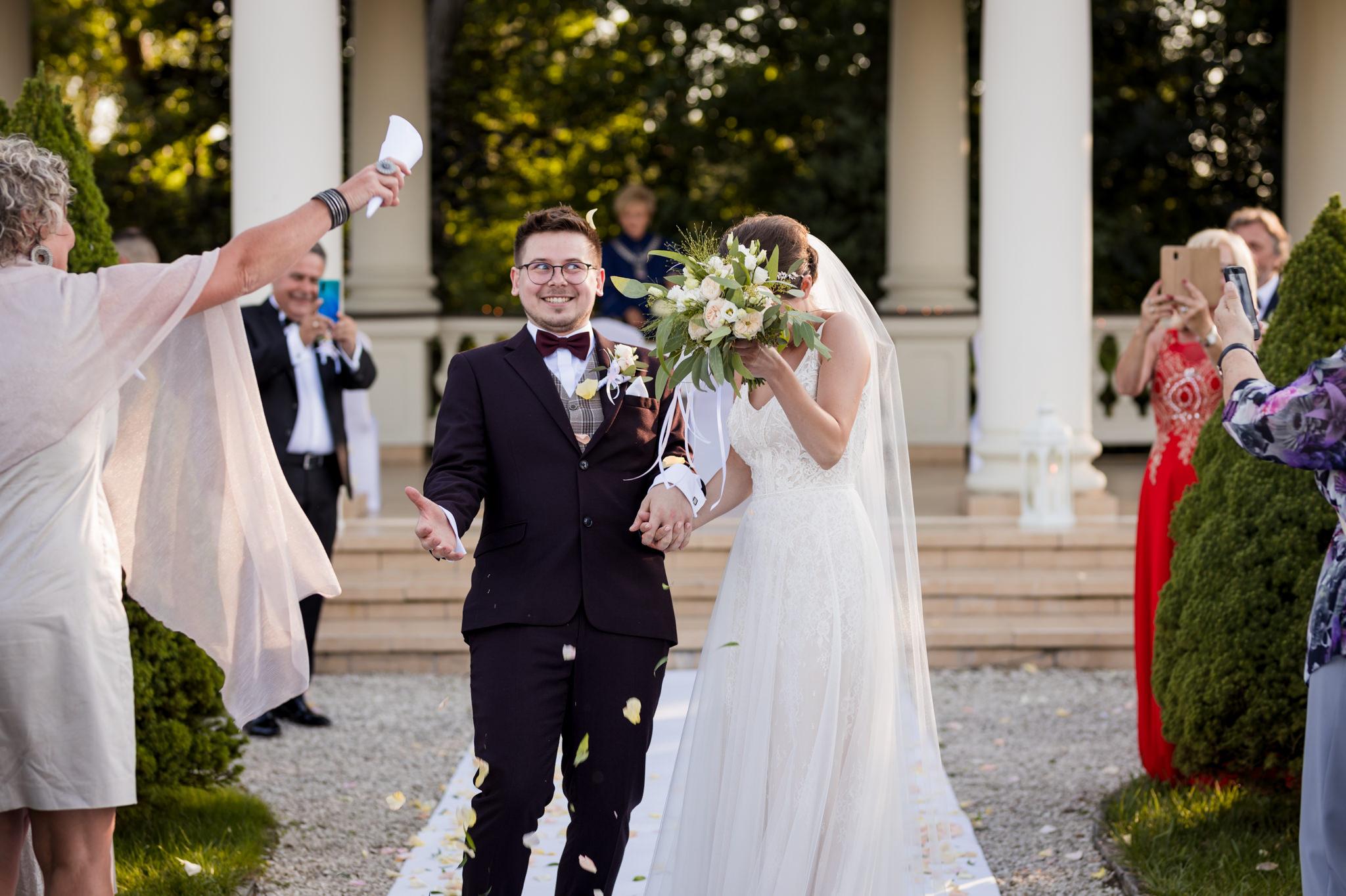 para młoda obrzucona kwiatkami po ślubie