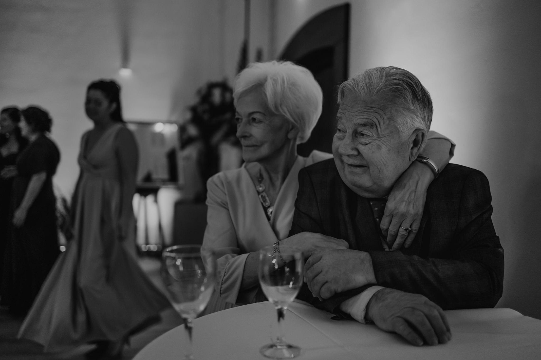 przytulona babcia z dziadkiem