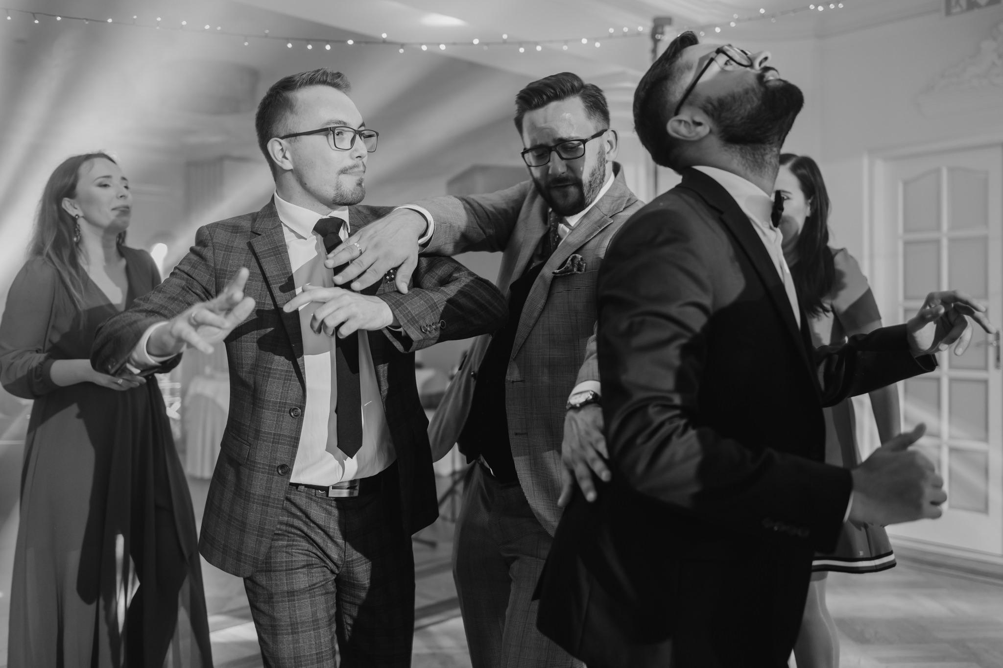 mężczyźni tańczący na weselu