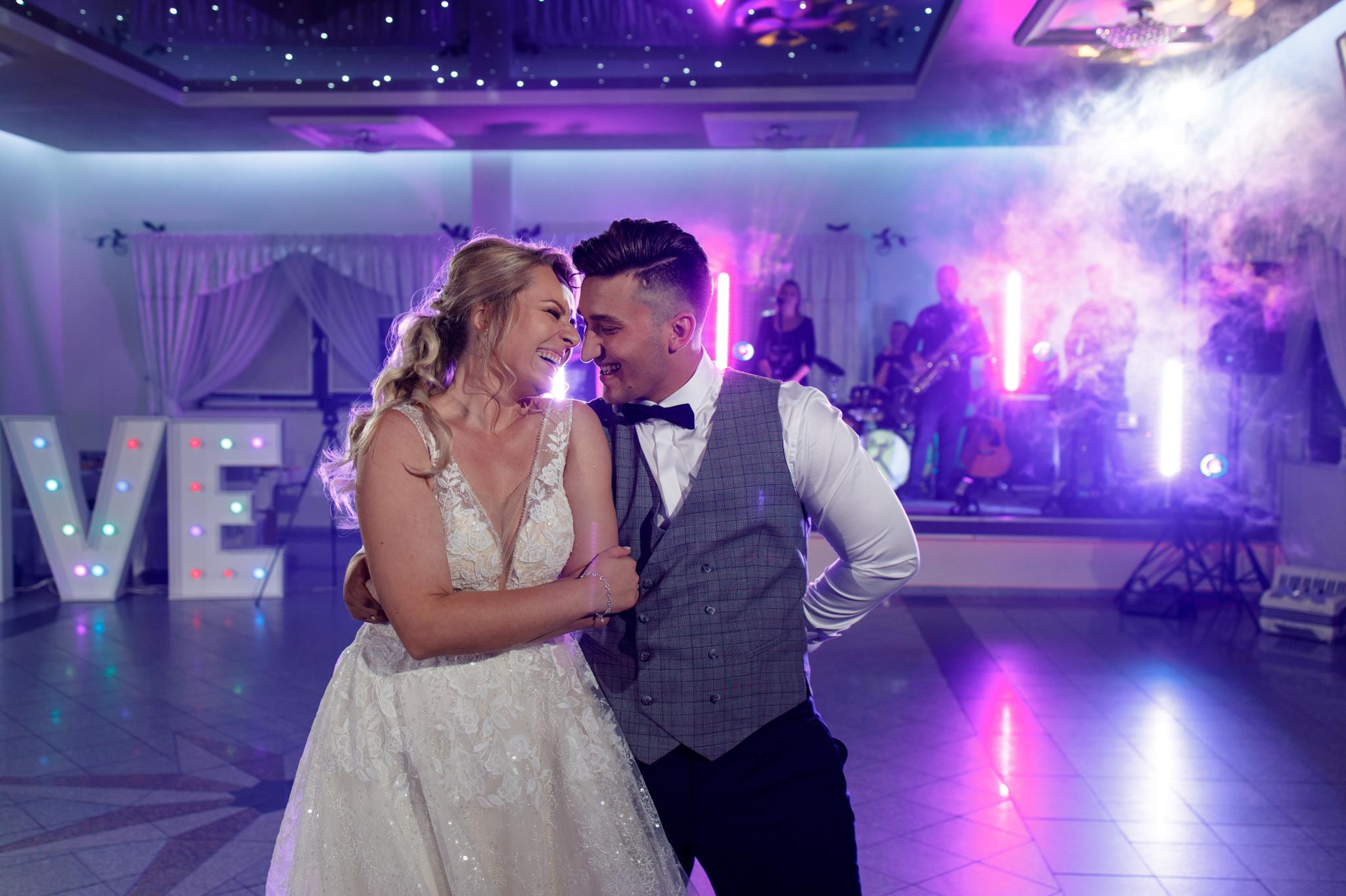 pierwszy taniec na tle zespołu weselnego