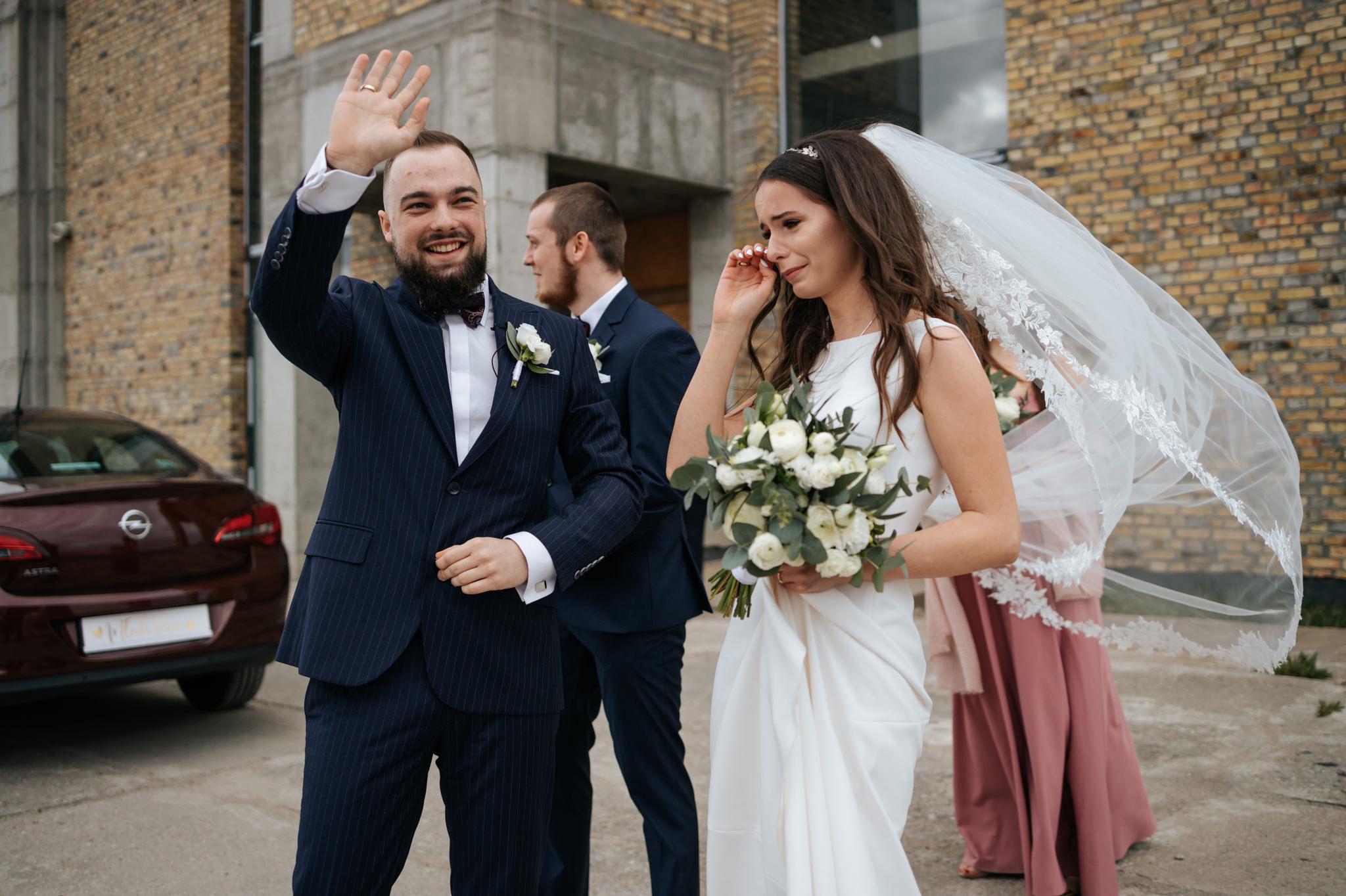 uśmiechnięty mąż i wzruszona żona podczas ślubu w pandemii