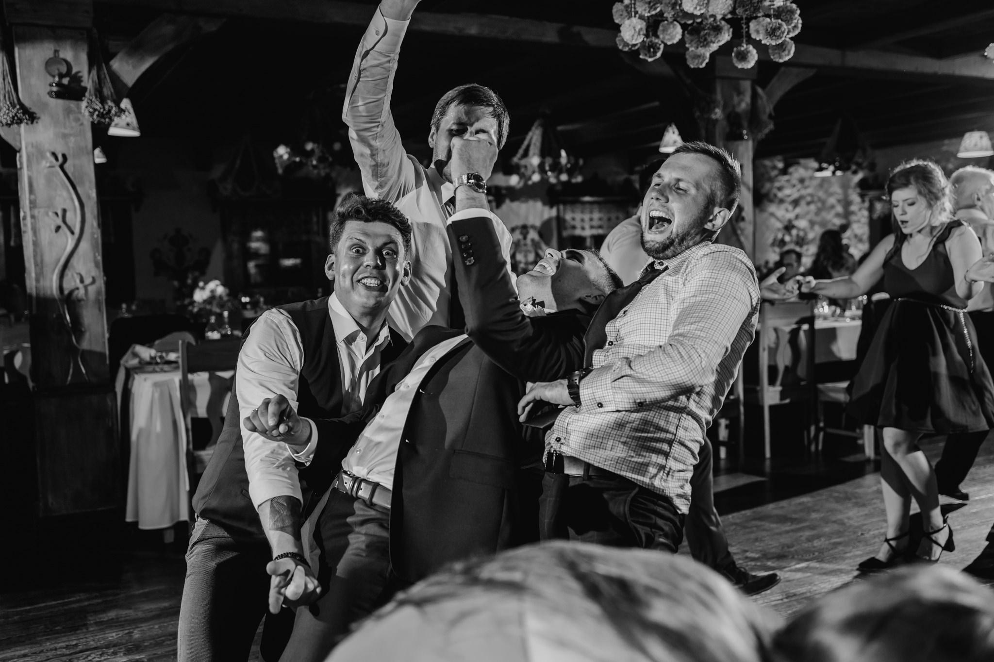 taniec mężczyzn na weselu