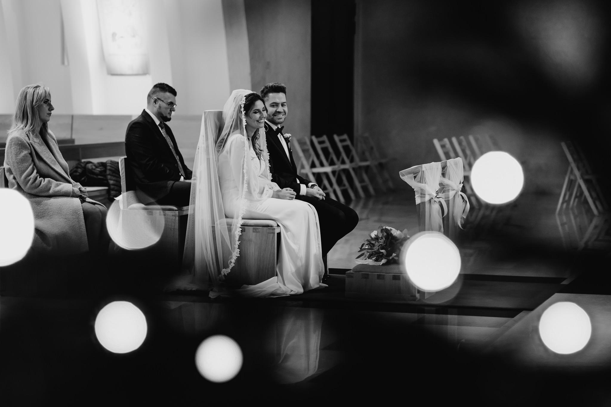 uśmiechnięta para młoda w kościele