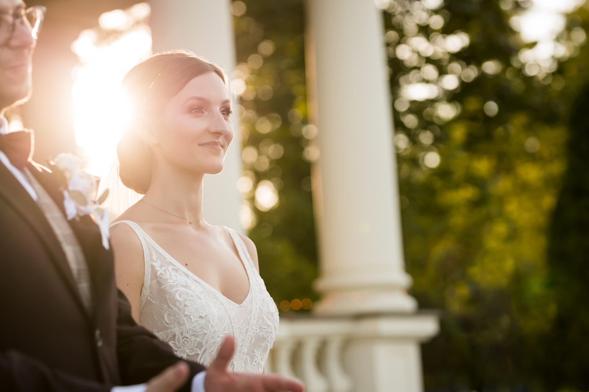 panna młoda podczas życzeń po ślubie